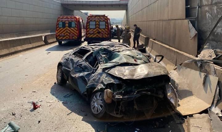 Carro cai de viaduto no Setor Goiânia 2 e motorista fica em estado grave