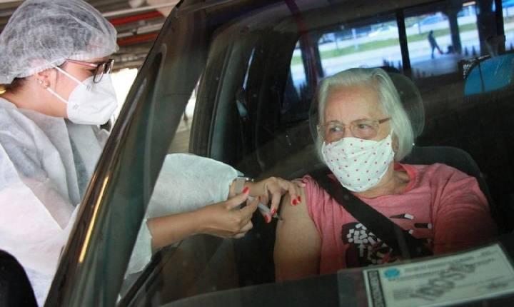 Goiânia aplica segunda dose da Coronavac em idosos a partir de 72 anos e suspende 1ª dose