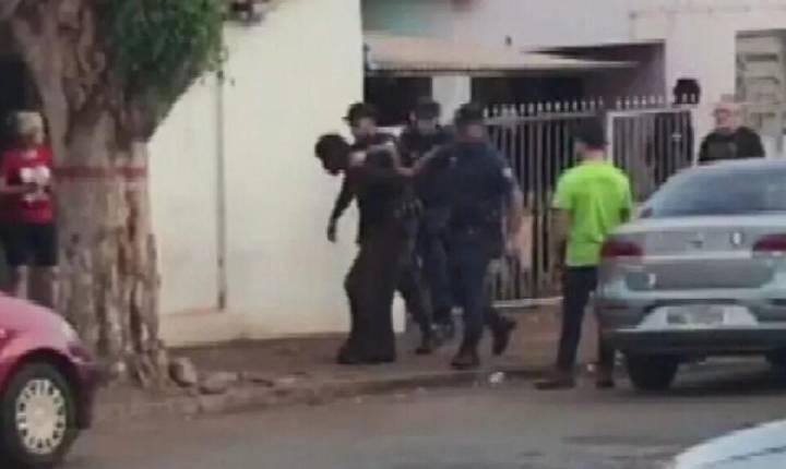 Homem é preso suspeito de matar cão a facadas e queimar o corpo do animal em Goiás