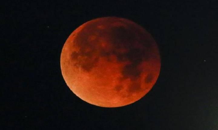 Lua avermelhada encanta mas é mau sinal em vários pontos do Brasil